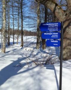 Viitat ohjaavat tietäsi ympäri vuoden puistossa.