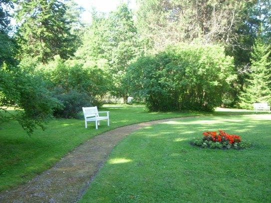 Kartanorakennusta ympäröivässä puisossa on kauniita kukkaistutuksia, levähdyspenkkejä ja suurien puiden tarjoamaa varjoa kuumana kesäpäivänä.