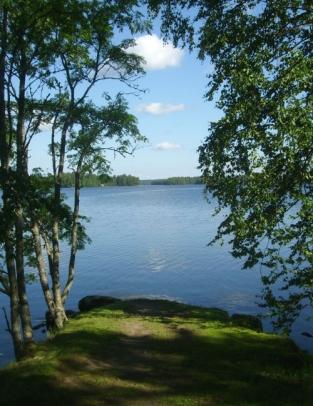 Kartanon niemenkärjestä avautuu kuin kehystetty maisema järvelle.